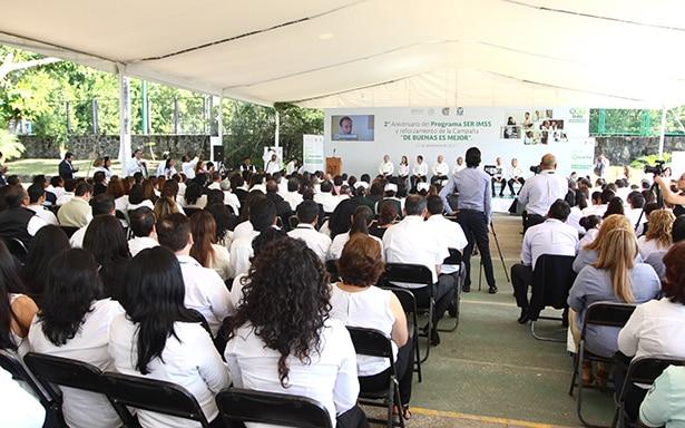 Para brindar mejor trato a derechohabientes, IMSS capacita a 176 mil trabajadores