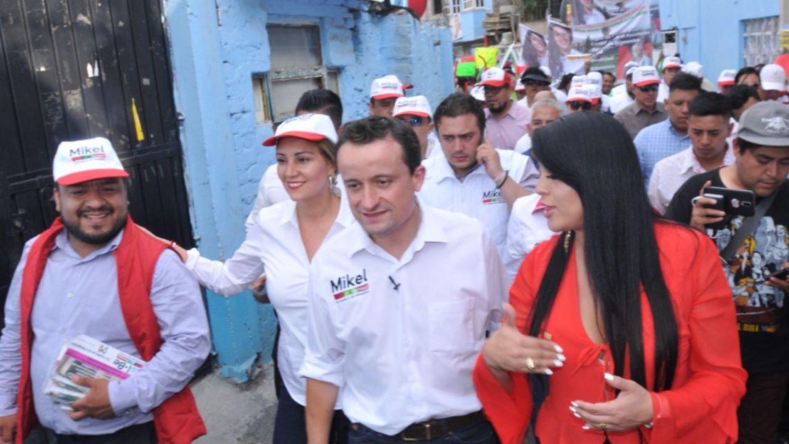 """Es Mikel, primer candidato a Jefe de Gobierno de la CDMX que recorre """"El Hoyo"""" en Iztapalapa"""