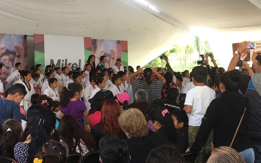Pedalean Mikel Arriola y Janet Hernández por calles de Iztapalapa