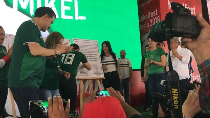 Firma Mikel Arriola a Diputada Ciudadana, Janet Hernández el compromiso por el agua para Iztapalapa durante el Festival del Gol por el Agua