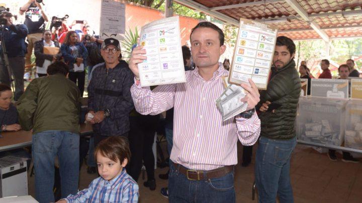 Vota Mikel y afirma que ganará; si hay anomalías las denunciaremos