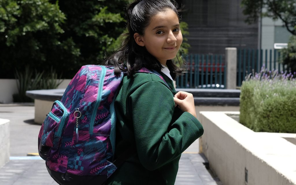 Exceso de peso en mochilas provoca daño en niños