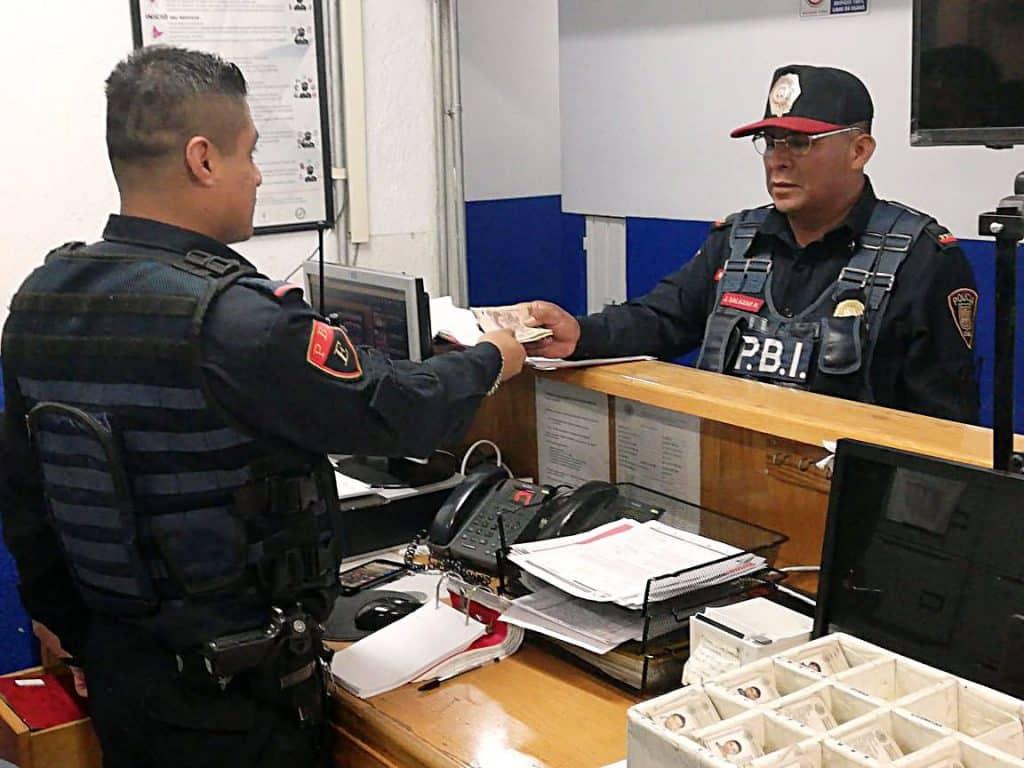 Policía de la CDMX encuentra dinero y lo devuelve