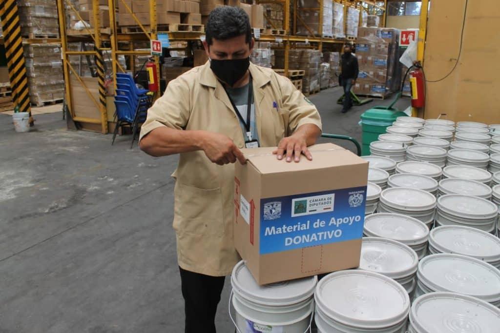 UNAM dona 20 kits de protección para médicos residentes del IMSS