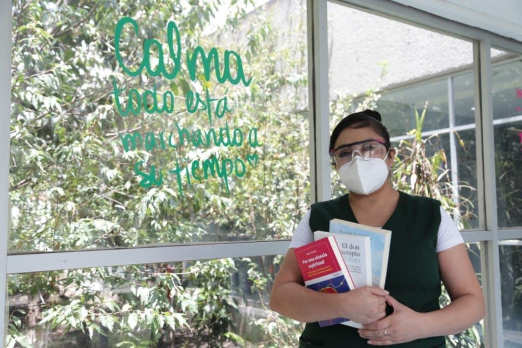 Con libros, enfermeras del IMSS motivan a pacientes con COVID-19